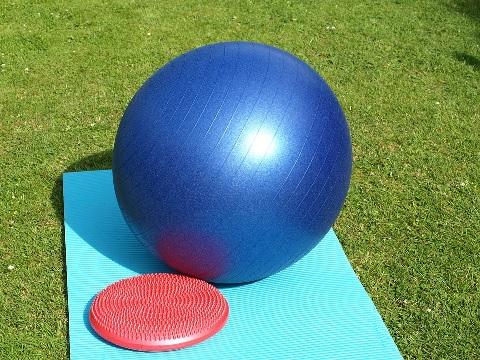 バランスボールで腹筋を引き締めるメニュー2つ