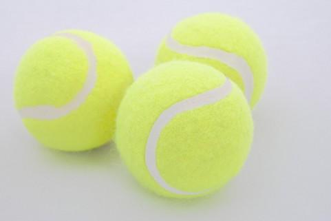 お尻の筋肉をボールでマッサージして腰痛を解消