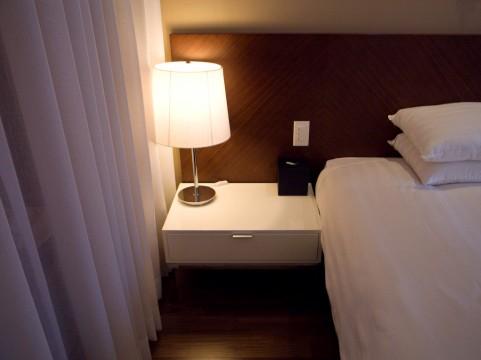 泥のように眠るためのベッドの位置と寝間着と枕