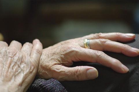 手のしびれが手根管症候群かをセルフチェック