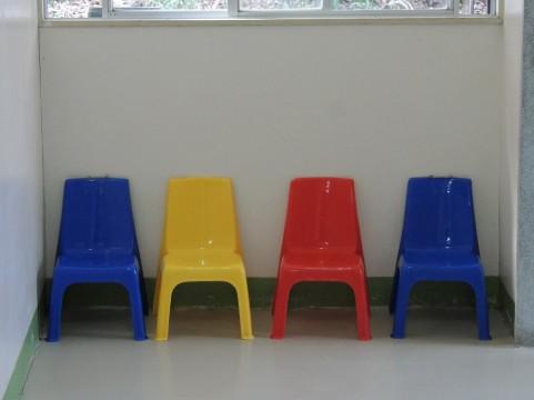 腹横筋の筋トレは椅子に座ってひざを曲げ伸ばし
