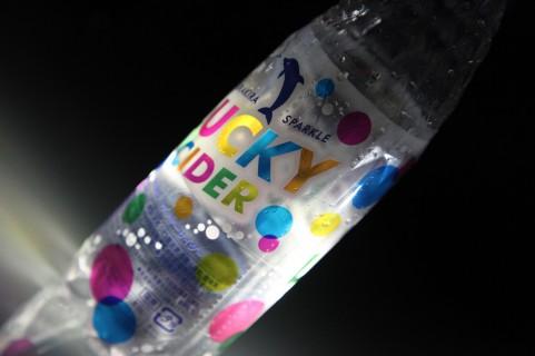 炭酸飲料が吹き出さないペットボトルの開け方