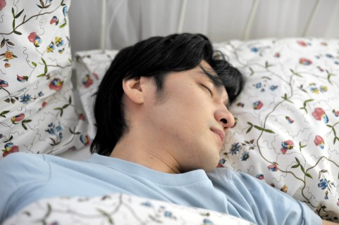 レム睡眠行動障害がサインとなる2つの大病とは