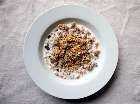 血圧が高い人の朝食にはフルーツグラノーラ