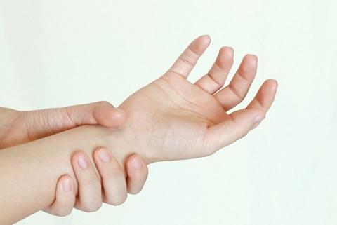 指先のしびれの原因は中指側か小指側で判別する