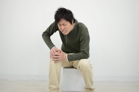 変形性膝関節症を膝の内側を押してチェックする