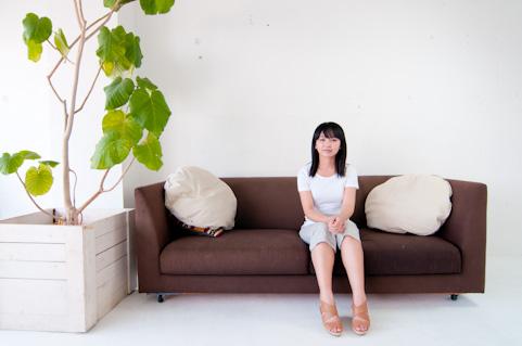 肩こり解消ストレッチをソファで手軽にやる方法