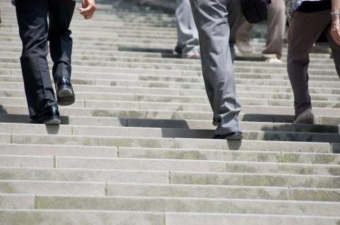 階段を足裏全体で踏んでインナーマッスルを強化