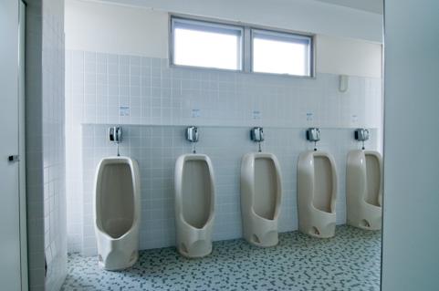小便器は距離を12cm以内にすれば尿ハネがゼロ