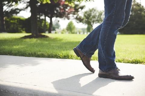 歩幅が小さいと腰痛リスクが高まるメカニズム