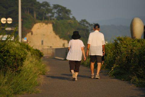 高齢者の睡眠障害を解消するなら夕方に散歩する