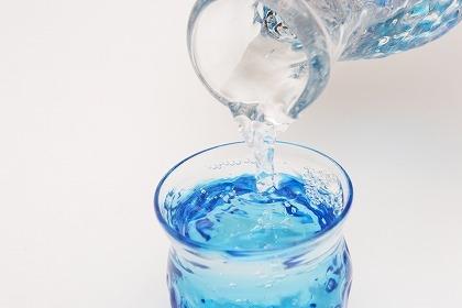 寝起きすぐに水を飲むと便秘が解消する理由