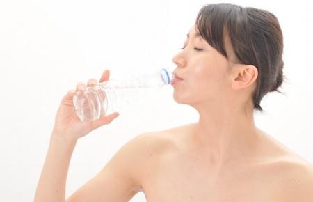 冷え性対策には朝に飲むコップ1杯の冷たい水